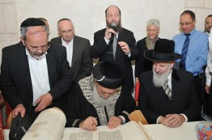 Inscribing the last letters into the Torah: Sitting left to right: Chief Rabbis of Israel Shlomo Amar and Yonah Metzger Standing left to right: Chief Rabbi of the Medical Center, Rabbi Moshe Klein; Hadassah National President Marcie Natan; and Hadassah Medical Center Acting Director General Dr. Yuval Weiss