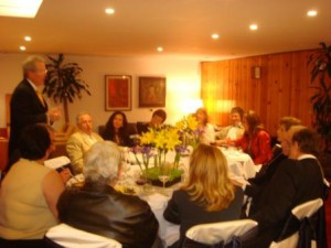 The Hadassah Mexico Board meets with Hadassah Consultant  Doug Smith over dinner in Mexico City.