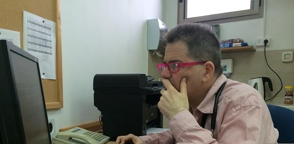 Dr. Oded Poznanski at Desk red 1