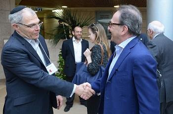 Moishe Sandler greets Dr. Maurice Sosnowski, President of Hadassah Belgium